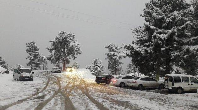 Kar görmeye giden vatandaşlar araçlarıyla mahsur kaldı