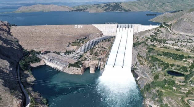 Keban Barajı'nda 3 savak daha açıldı
