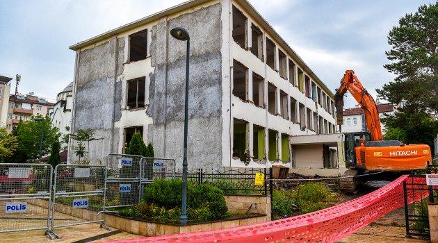 Kütüphane binasının yıkımına başlandı