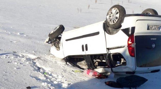 Hafif ticari araç takla attı: 2 ölü