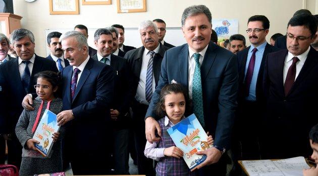 Malatya'da Öğrencilere Süt ve Kitap dağıtıldı
