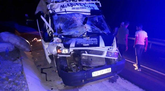 Minibüs kamyona arkadan çarptı: 15 yaralı