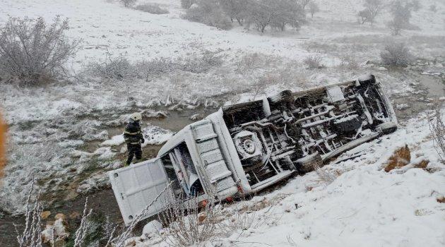 Minibüs şarampole devrildi: 13 yaralı
