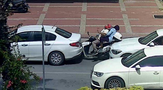 Motosiklet iki otomobilin arasında kaldı: 2 yaralı