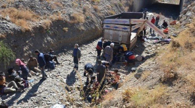 Mültecileri taşıyan kamyonet devrildi: 66 yaralı