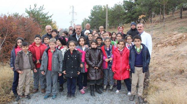 Öğrenciler ağaç dikme eğitimi verildi
