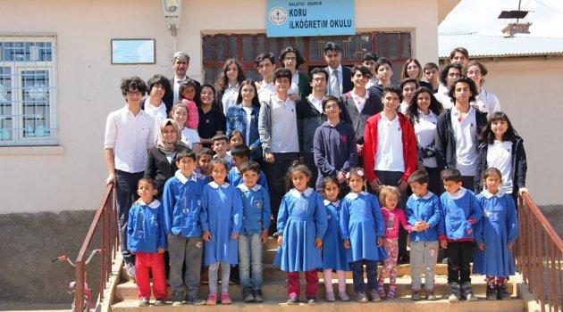Öğrenciler Arapgir'de kitap dağıttı