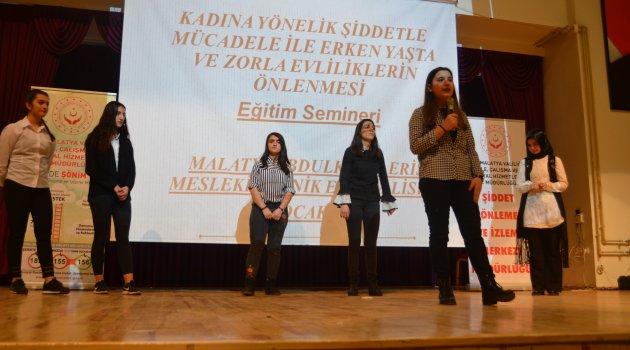Öğrenciler kadına şiddete dikkat çekti