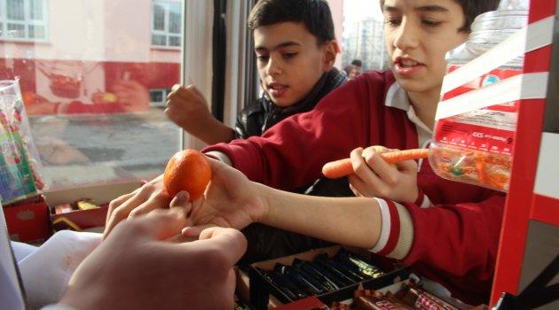 Okul kantininde meyve satışı