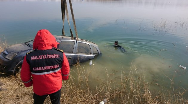 Otomobil baraj gölüne düştü