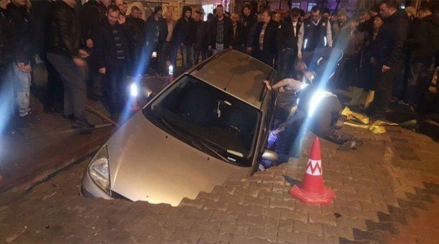Otomobil çöken yolun içine düştü