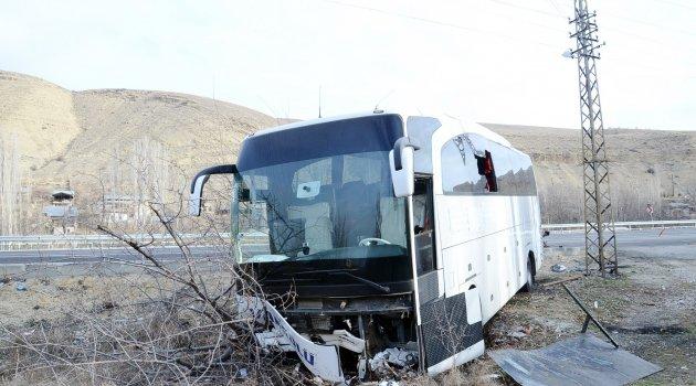 Hafif ticari araç otobüsün altına girdi: 1 ölü