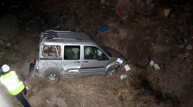 Otomobille çarpıştı şarampole uçtu: 3 yaralı