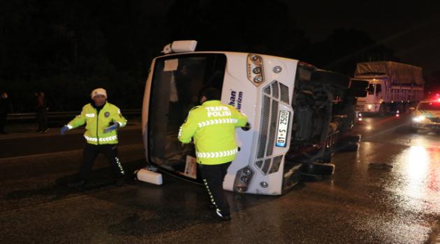 Otoyolda işçi servisi ile otomobil çarpıştı: 1 ölü 6 yaralı