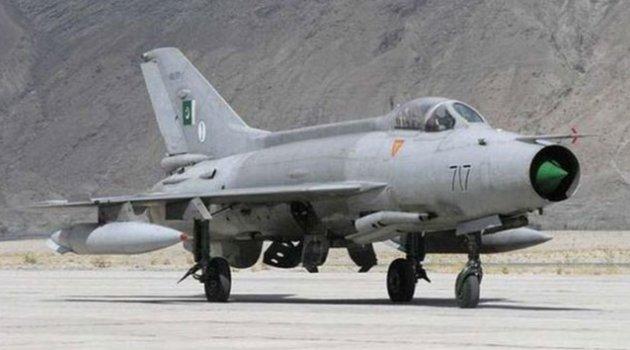 Pakistan'da askeri uçak düştü