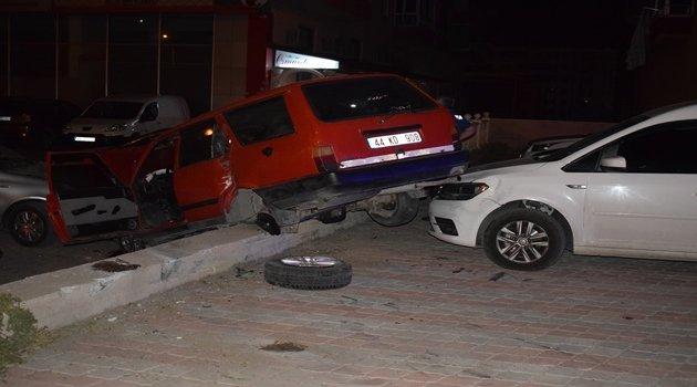 Park halindeki araçların üzerine uçtu