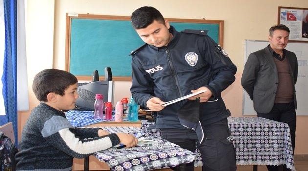Polisten öğrencilere kitap hediyesi