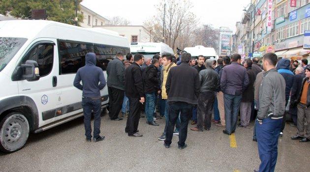 Servisçiler Valilik önünde eylem yaptı