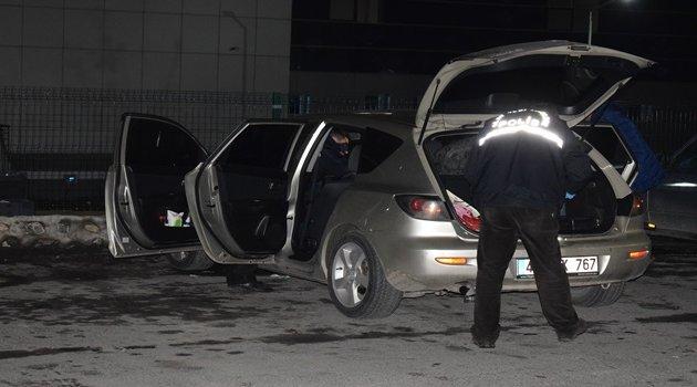Seyir halindeki araçta kendini vurdu