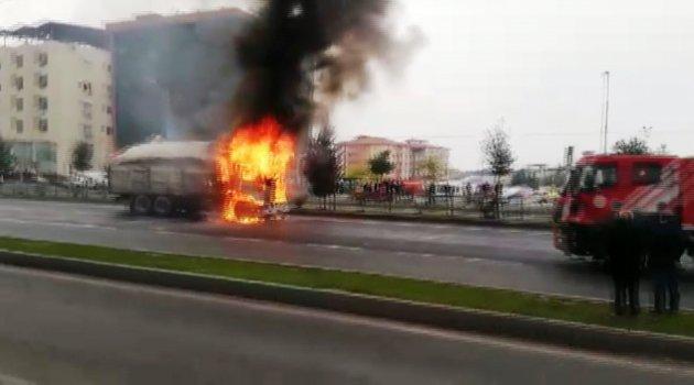 Pancar yüklü kamyon alev alev yandı