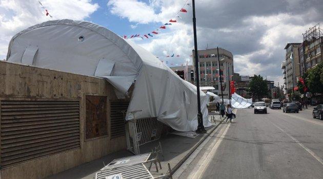 Şiddetli rüzgar iftar çadırını uçurdu