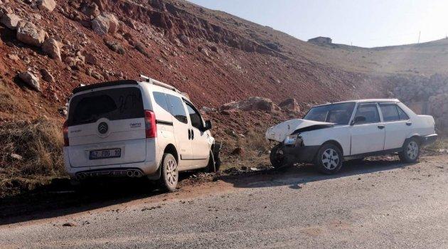 Siirt'te iki araç kafa kafaya çarpıştı: 5 yaralı