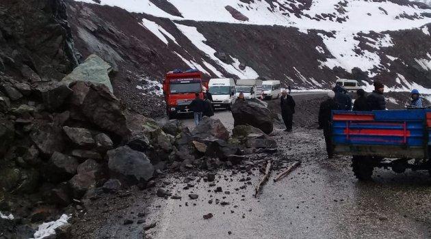 Sincik Malatya yoluna kaya düştü