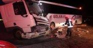 Tır ile otobüs çarpıştı: 1'i ağır 2 yaralı