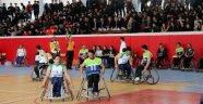 Vali Toprak engellilerin maçını izledi