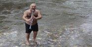 5 derece suya girerek klarnet çalıp türkü söylüyor
