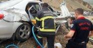 Otomobil bariyerlere çarptı: 1 ölü, 2 yaralı