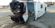 Minibüs takla attı: 1'i ağır 15 yaralı