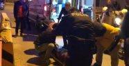 Bıçakla yaralandı polis merkezi önünde yere yığıldı