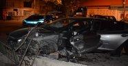 Otomobil direğe çarptı: 1 ağır yaralı