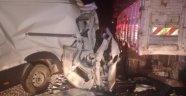 Minibüs kamyona çarptı: 1 ölü