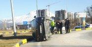 Virajı alamayan otomobil yan yattı: 2 yaralı