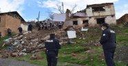 İki katlı metruk bir ev çöktü!