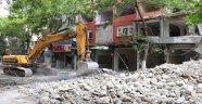Hasarlı binaların yıkımı sürüyor!