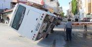 Ticari taksiyle çarpışan işçi servisi devrildi: 11 yaralı