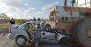 Otomobil önünde seyreden kepçenin altına girdi: 1 ölü