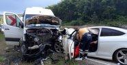 Otomobil ile minibüs kafa kafaya çarpıştı: 7 yaralı