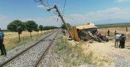 Tren traktöre çarptı: 1 ölü 2 yaralı