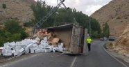 İplik yüklü kamyon devrildi: 1 yaralı