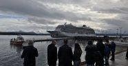 Bin 376 yolcuyla sürüklenen gemi limana çekildi