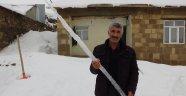 Dağ köylerindeki buz sarkıtları insan boyunu geçti