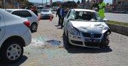 Devrilen otomobil park halindeki araca çarptı: 2 yaralı