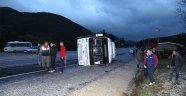 Islak yolda kayan midibüs devrildi: 5 yaralı