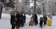 Kent merkezine yıllar sonra yağan yoğun kar sevinçle karşılandı