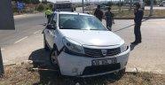 Otomobil kaldırıma çarptı : 2 yaralı