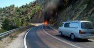 Seyir halindeki otomobil alev alev yandı...
